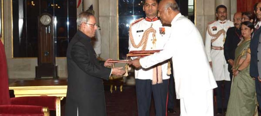 Prof. Sudharshan Seneviratne, High Commissioner-designate of Sri Lanka presenting his credentials to the President of India, Pranab Mukherjee