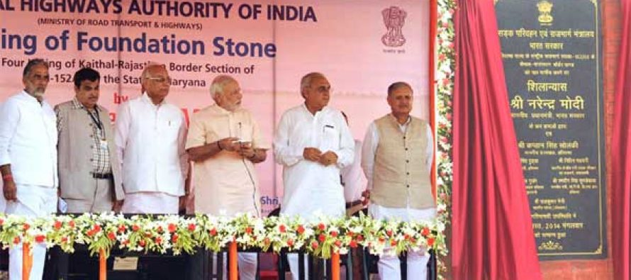 """The Prime Minister, Narendra Modi unveiling the plaque to lay the Foundation Stone for the four-laning of """"Kaithal-Narwana-Hisar-Rajasthan Border"""" Highway, at Kaithal, in Haryana"""