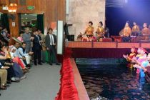 The President, Pranab Mukherjee appreciating the artists after Witnessing Water Puppet Show, at Thang Long Water Puppet Theatre