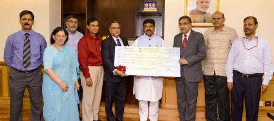 The Chairman & Managing Director, Bharat Petroleum Corporation Ltd., Shri. S. Varadarajan presenting the dividend cheque by to the MoS (IC) for Petroleum and Natural Gas, Dharmendra Pradhan