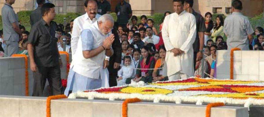 The Prime Minister, Narendra Modi paying homage at the Samadhi of Mahatma Gandhi on his 145th birth anniversary, at Rajghat