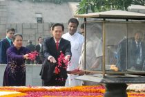 The Prime Minister of Socialist Republic of Vietnam, Nguyen Tan Dung and Madame Tran Thanh Kiem paying floral tributes at the Samadhi