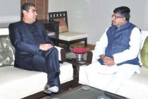The CEO and MD of Infosys Ltd., Vishal Sikka meeting the Union Minister for Communications & Information Technology and Law & Justice, Ravi Shankar Prasad