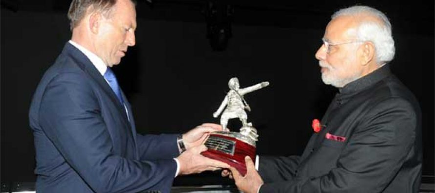 "Prime Minister Narendra Modi presenting a statue of the soldier ""Man Singh"" to Australian PM, Tony Abbott"