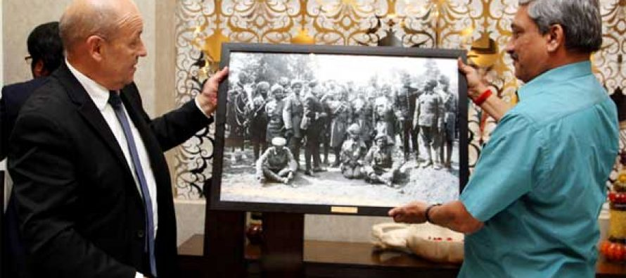 The French Defence Minister, Jean-Yves Le Drian presenting a memento depicting brave Indian soldiers who participated in World War-I