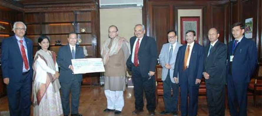 The Chairman, LIC of India, S.K. Roy presenting the dividend cheque of Rs.1634, 89, 57, 602.00 to the Minister for Finance, Corporate Affairs and Information & Broadcasting, Arun Jaitley