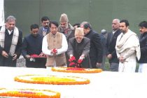 The Vice President, Mohd. Hamid Ansari paying floral tributes to the former PM, Late Ch. Charan Singh on his 112th birth anniversary,