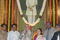 The PM, Narendra Modi, the Speaker, Lok Sabha, Sumitra Mahajan, and other dignitaries paid tributes at the portrait