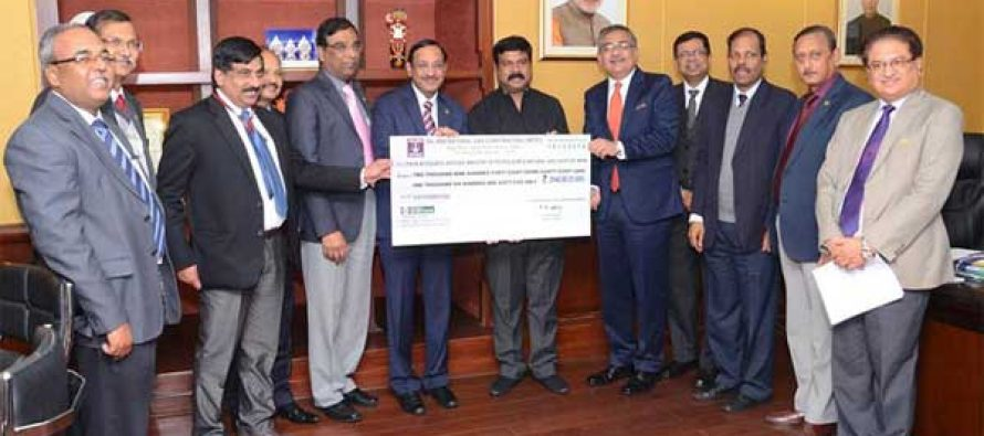 The CMD of ONGC, Dinesh Kumar Sarraf handing over the dividend cheque to the MoS (IC) for Petroleum and Natural Gas, Dharmendra