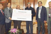 The Chairman of Hindustan Aeronautics Ltd., R.K. Tyagi presenting the first interim dividend (2014-15) cheque of Rs. 3,37,40,00,000.00, to the Minister for Defence, Manohar Parrikar