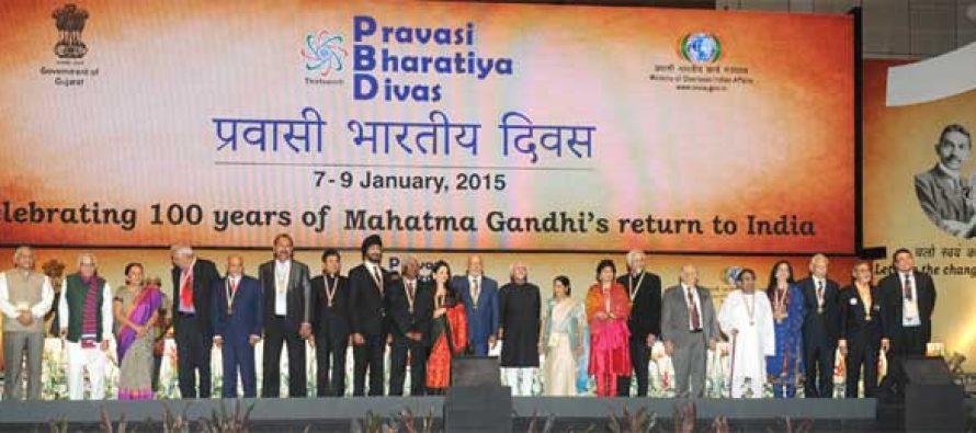 The Vice President, Mohd. Hamid Ansari with the awardees at the Valedictory Session of the Pravasi Bharatiya Divas 2015