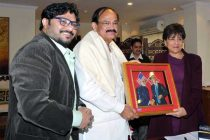 The Minister for Urban Development, Housing and Urban Poverty Alleviation and Parliamentary Affairs, M. Venkaiah Naidu presenting a memento to the US Secretary of Commerce, Penny Pritzker