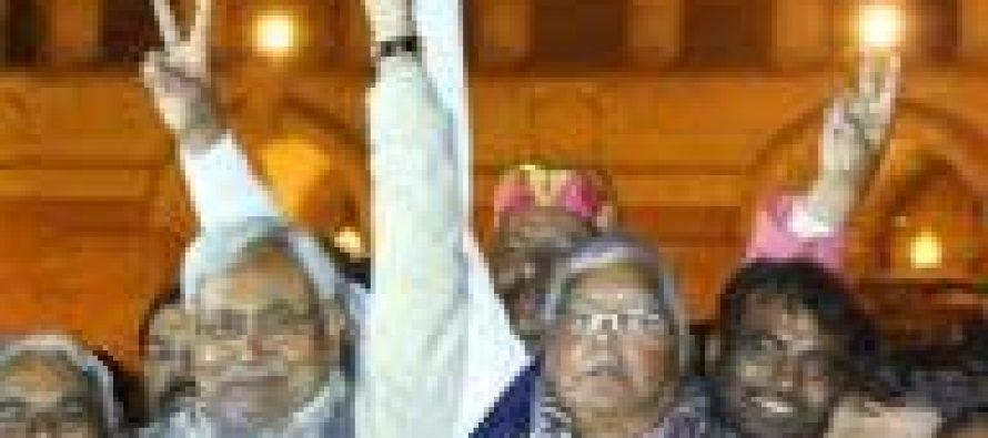 Nitish, Lalu meet president, seek immediate Bihar assembly session