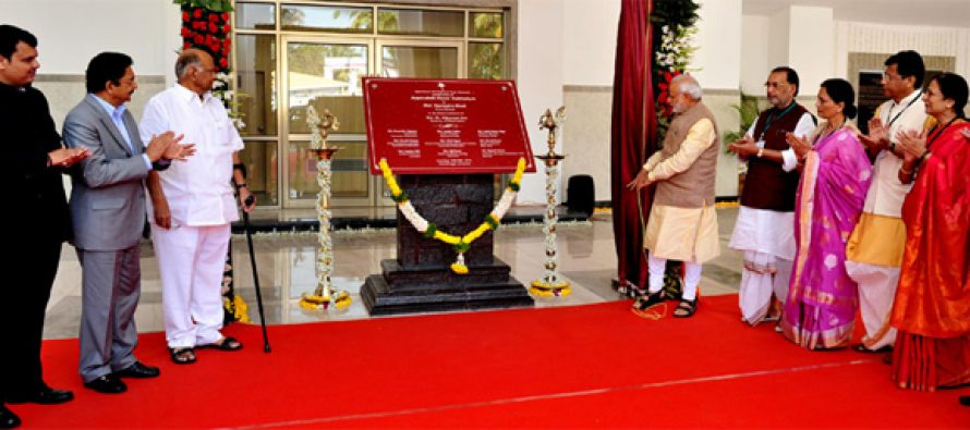The Prime Minister, Narendra Modi unveiling the plaque to inaugurate the Appasaheb Pawar Auditorium of Agricultural Development