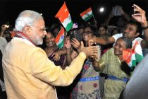 The Prime Minister, Narendra Modi being greeted by the Indian community on his arrival, at Seychelles International Airport