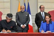 The Prime Minister, Narendra Modi and the President of France, Francois Hollande at the Signing of Agreements at Salon Murat,
