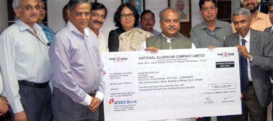 The Minister for Mines and Steel, Narendra Singh Tomar receiving a dividend cheque of Rs.260.72 crore from the CMD NALCO, Ansuman Das, in New Delhi on April 27, 2015.