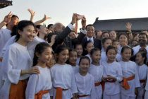 The Prime Minister, Narendra Modi and the Chinese Premier, Li Keqiang interacting with the children, during the Yoga-Taichi Joint Event,