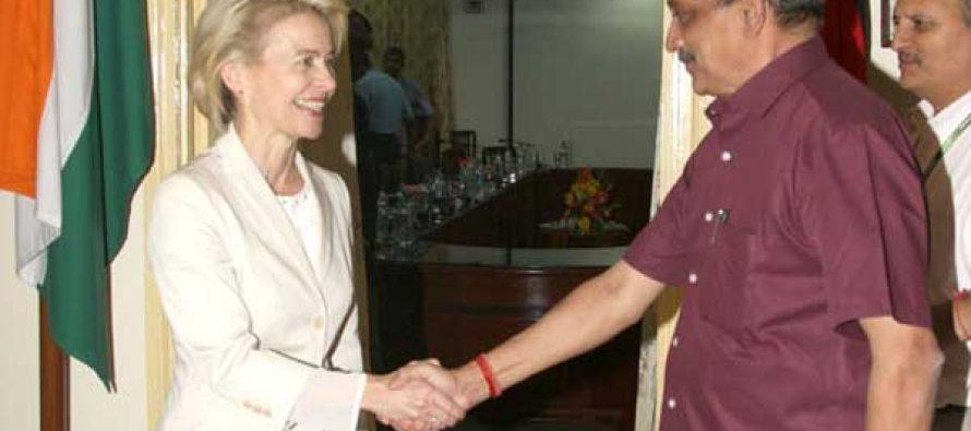 The Union Minister for Defence, Manohar Parrikar welcoming the German Defence Minister, Dr. Ursula von der Leyen,