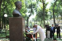 The Prime Minister, Narendra Modi pays tribute at the bust of the former Prime Minister, Lal Bahadur Shastri, in Tashkent