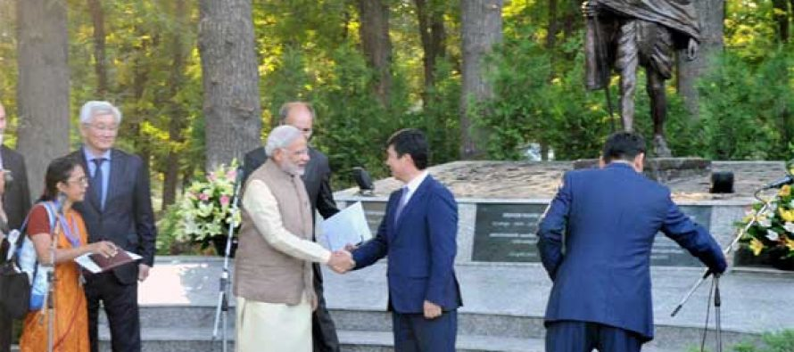 The Prime Minister, Narendra Modi shaking hands with the Prime Minister of Kyrgyz Republic, Temir Sariyev