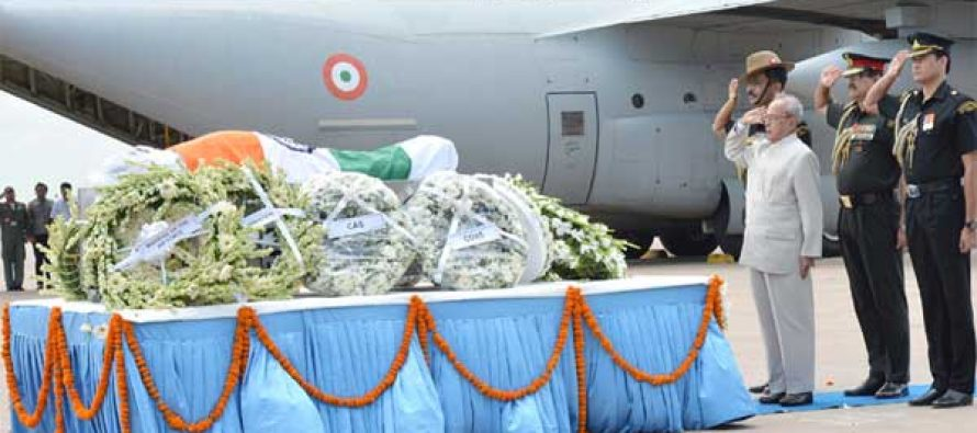 The President, Pranab Mukherjee paying homage at the mortal remains of the  former President of India, Dr. A.P.J. Abdul Kalam | Sarkaritel.com