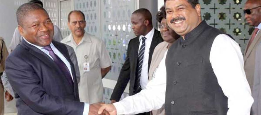 The President of the Republic of Mozambique, Filipe Jacinto Nyusi being received by the MoS for Petroleum and Natural Gas (IC), Dharmendra Pradhan