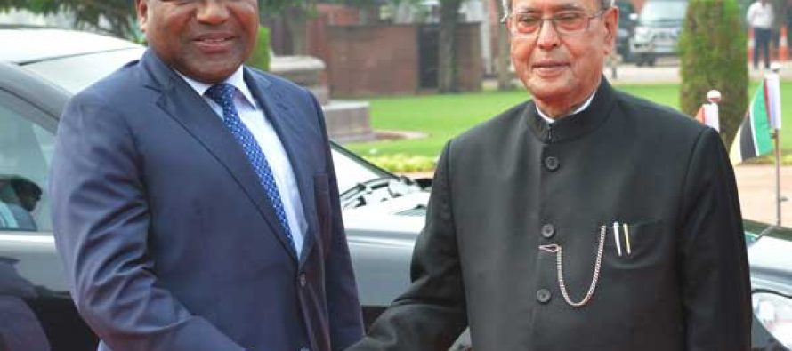 The President of India, Pranab Mukherjee, receives Filipe Jacinto Nyusi, the President of the Republic of Mozambique