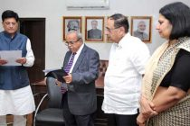 The MoS (IC) for Power, Coal and New and Renewable Energy, Piyush Goyal administering the oath of office and Secrecy to Dr. M.K. Iyer