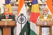 The Prime Minister, Narendra Modi giving his statement to the media with the President of the Republic of Seychelles, James Alix Michel