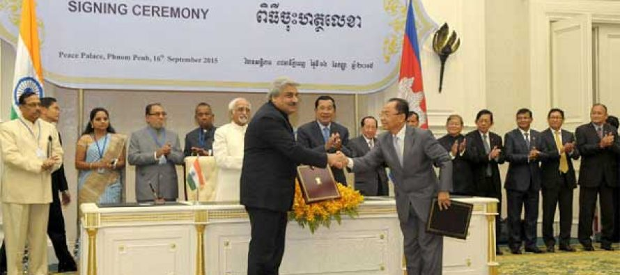 Vice President, Mohd. Hamid Ansari and the Prime Minister of Cambodia, Hun Sen witnessing the signing ceremony