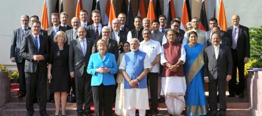 Prime Minister, Narendra Modi and the German Chancellor, Dr. Angela Merkel in the family photograph with German delegation