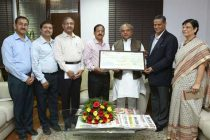 Minister for Mines and Steel, Narendra Singh Tomar being received a dividend cheque by the Chairman-cum-Managing Director of MOIL