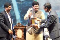 MoS (IC) for Power, Coal and New and Renewable Energy, Piyush Goyal presenting an award