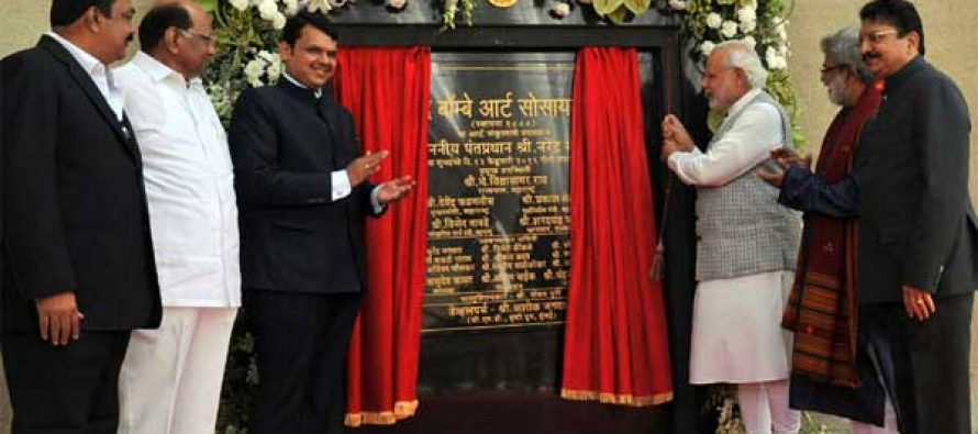 Prime Minister, Narendra Modi unveiling the plaque to mark the inauguration of the new building complex of the Bombay Art Society