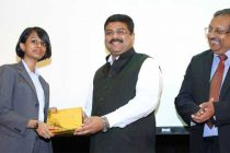 Minister of State for Petroleum and Natural Gas (Independent Charge), Dharmendra Pradhan presenting the award
