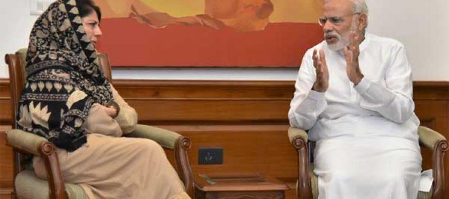 Mehbooba meets Modi, blames Pakistan for Kashmir unrest