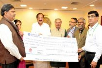 Minister for Urban Development, Housing & Urban Poverty Alleviation and I&B, M. Venkaiah Naidu being presented a dividend cheque by the CMD, HUDCO, Dr. M. Ravi Kanth