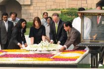Prime Minister of New Zealand, John Key laying wreath at the Samadhi of Mahatma Gandhi, at Rajghat