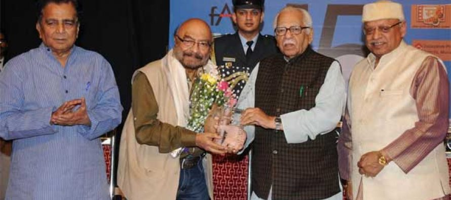 Uttar Pradesh, Governor Ram Naik felicitating veteran film maker Govind Nihalani