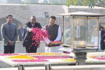 President of Kenya, Uhuru Kenyatta paying floral tributes at the Samadhi of Mahatma Gandhi, at Rajghat
