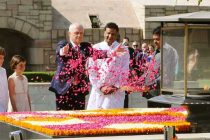 Prime Minister of Australia, Malcolm Turnbull paying floral tributes at the Samadhi of Mahatma Gandhi, at Rajghat