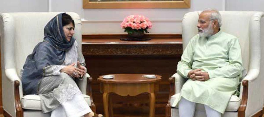 Mehbooba meets Modi, stresses on Kashmir dialogue