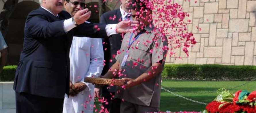 President of the Republic of Belarus, Alexander Lukashenko paying floral tributes at the Samadhi of Mahatma Gandhi, at Rajghat