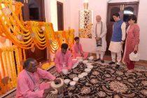 Abe begins India tour with Modi bonhomie
