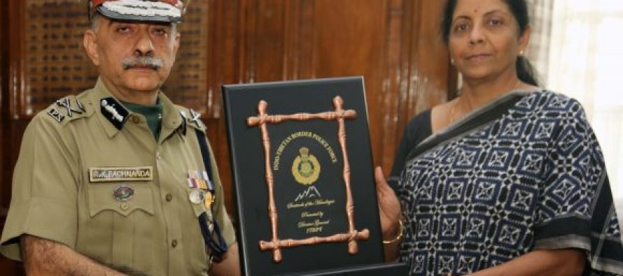 Director General, Indo-Tibetan Border Police (ITBP) Shri R K Pachnanda, presenting a memento to the Defence Minister Nirmala Sitharaman