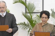 Chairman, UPSC, Prof. David R. Syiemlieh administering the oath of the office and Secrecy to Smita Nagaraj, as the Member, Union Public Service Commission