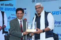 Presenting Momento to Gajendra Singh Shekhawat, Minister of Jal Shakti during Jal Prahari Samman Samaroh 2019, A initiative of Sarkaritel.com to honour the water warriors and bring them on one stage and spread the message of water conservation