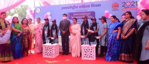 """अंतर्राष्ट्रीय महिला दिवस के अवसर पर इंडियन ऑयल ने लखनऊ में पहला पूर्णता """"एक शिफ्ट में महिलाओं द्वारा संचालित पेट्रोल पम्प"""" शुरू किया"""