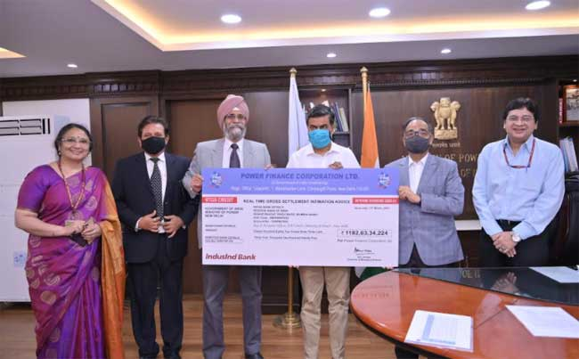 Shri Ravinder Singh Dhillon, CMD, PFC presenting bank advice of an interim dividend of Rs 1182.63crore to Shri R.K. Singh, Hon'ble Minister of State (Independent Charge) Power and New & Renewable Energy & Minister of State for Skill Development and Entrepreneurship